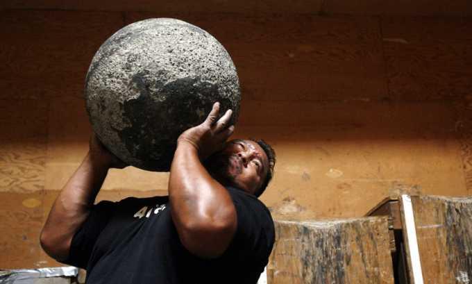 тяжелый физический труд и поднятие тяжестей может привести к варикозу