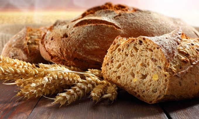 Тонкий ломтик хлеба пропитать натуральным яблочным уксусом и присыпать ровным слоем соды, приложить компресс на варикозный участок тела и туго привязать