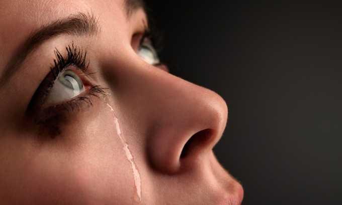 Нанесение препарата на слизистую глаз вызывает выраженное слезотечение
