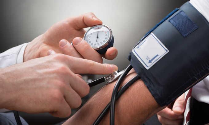 Прием таблеток противопоказан при повышенном давлении, которое тяжело поддается лечению при помощи лекарственных средств
