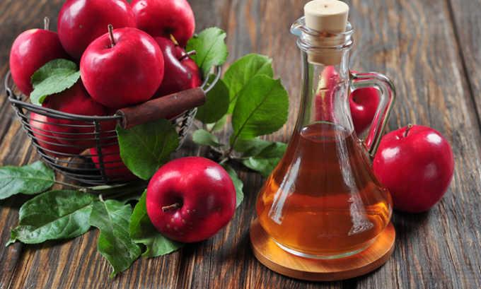 Утром и вечером втирать в пораженные участки яблочный уксус. Полезно также делать компрессы