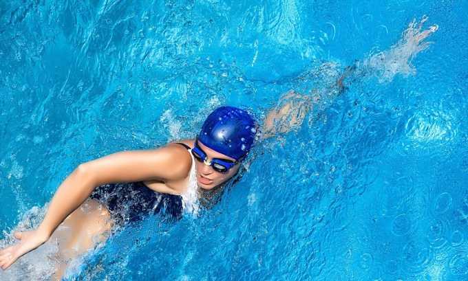 При варикозе отлично подойдут любые стили плавания: кроль, брасс, баттерфляй, на спине