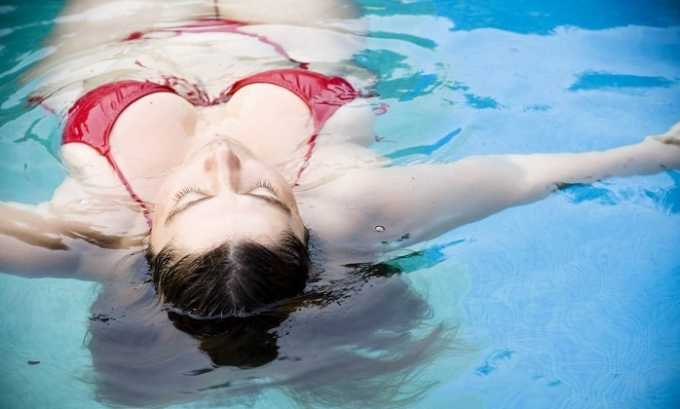 Плавание позитивно сказывается на кровообращении, что поможет быстрее устранить последствия варикоза