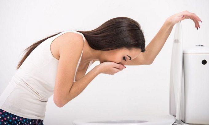 Симптомами тромбоза кишечника являются тошнота, рвота желчью, примесь крови в рвотных массах, запах кала изо рта после рвоты