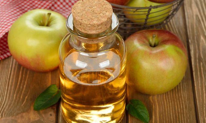 Яблочный уксус — незаменимый компонент для лечения вен на ногах, поскольку в его состав входит масса компонентов, благотворно влияющих на сосуды