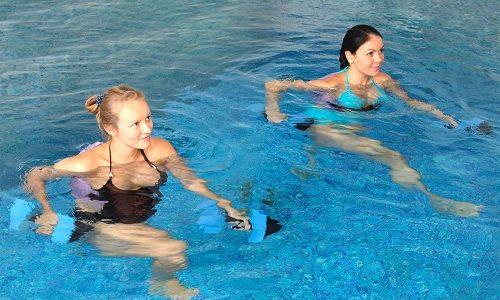Плавание и аквааэробика не имеют противопоказаний при варикозе. Тренироваться могут люди любого возраста и на разных этапах развития болезни