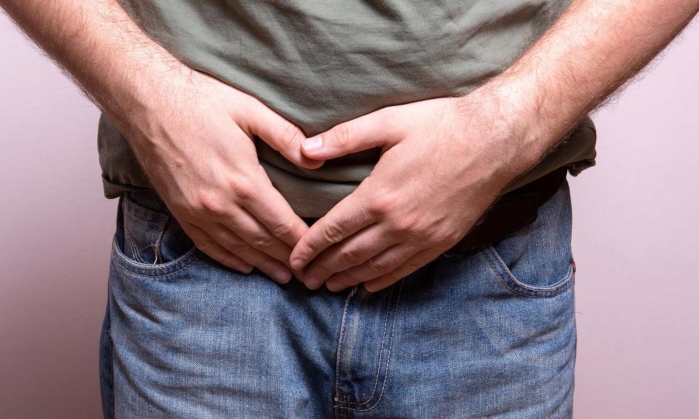 Признаки варикоцеле начинают проявляться, когда болезнь прогрессирует, возникает тянущая боль в яичке, со временем неприятные ощущения распространяются на всю паховую область