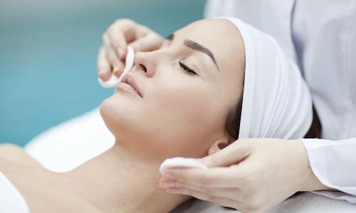 В косметическом кабинете проводят процедуры, направленные на укрепление стенок сосудов и нормализацию капиллярного кровотока с помощью специальных масок
