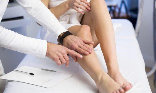Диагностикой и лечением тромбофлебита занимаются врач-флеболог и сосудистый хирург