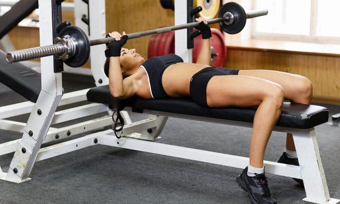 Для развития мышц груди подходит горизонтальный жим, но без использования свободного груза