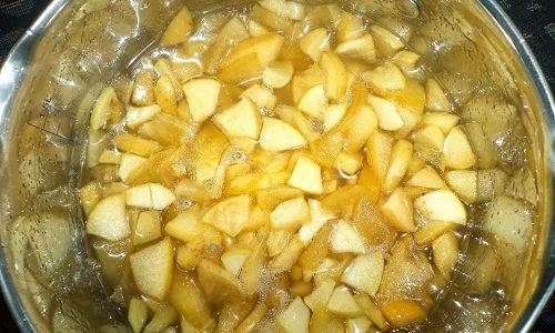 Для устранения симптомов варикоцеле используют народные рецепты. К примеру, это может быть настой из яблок