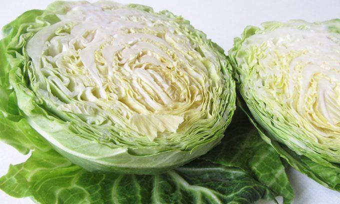 При появлении тяжести, отеков и тянущих ощущений в икроножных мышцах и ступнях прикладывать к больным участкам свежий лист белокочанной капусты