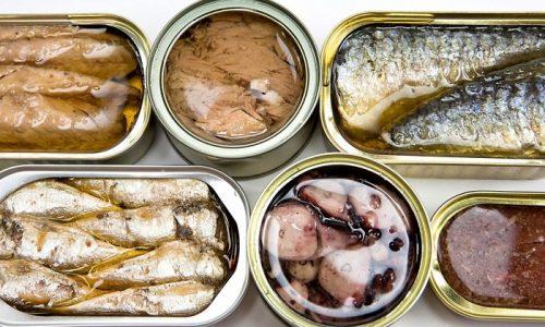 Людям, которые страдают от тромбофлебита, нужно отказаться от употребления консервов