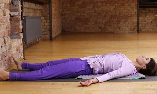 Рекомендуемый отдых во время тренировок - в положении лежа на спине дышать животом. Этот способ помогает расслабиться, разгрузить мышцы голени и укрепить мышцы пресса