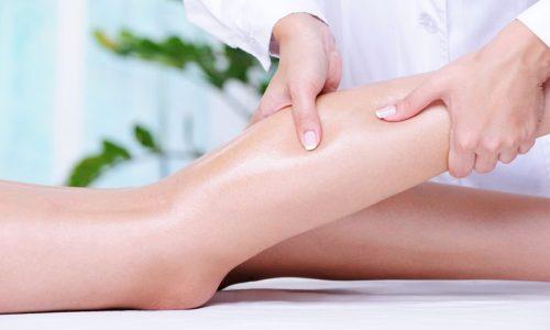 Массаж состоит из мягких поглаживаний ног по ходу тока крови, круговых вращательных движений, усиленных надавливаний и легких похлопываний по коже