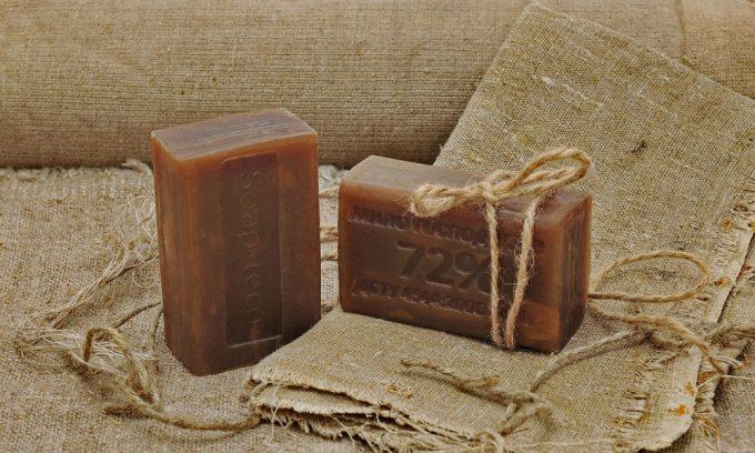 Натереть хозяйственное мыло на терке, растворить в теплой воде и держать ноги в ванночке 15 мин