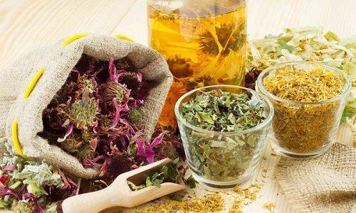 Для лечения заболевания влагалища применяют настои и отвары лекарственных растений, которые можно принимать внутрь или добавлять в лечебные ванны