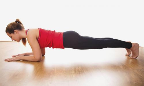 При варикозе хорошо подходит планка. Эти упражнение выпрямляет все тело, устраняя препятствия на пути кровотока