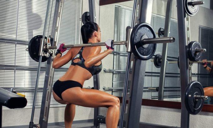 Под запретом упражнения с максимальной нагрузкой на ноги: со штангой или гантелями, выполняемые стоя или со сгибанием ног