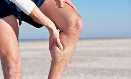На начальных стадиях развития варикоза человек может страдать от боли в голени