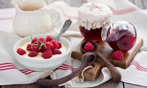 На завтрак при варикозном расширении вен можно употреблять творог с ягодами или фруктами