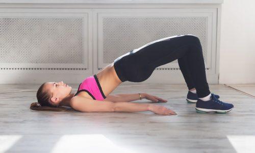 Исходное положение лежа на спине, ноги разведены на ширину плеч. Приподнимая таз, нужно сжать ягодицы и оставаться в таком положении, считая до 5