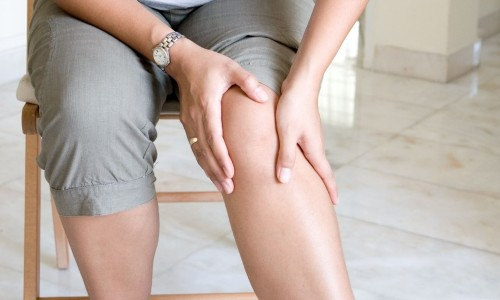 При хронической венозной недостаточности на ногах появляются отеки и язвочки