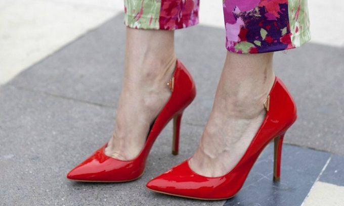 Врачи советуют проводить допплерографию сосудов нижних конечностей при повышенной усталости, которая возникает после длительного ношения неудобной обуви