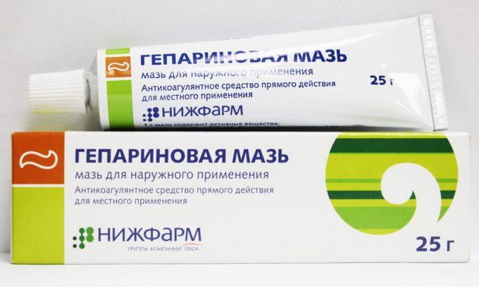 Недорогая, но эффективная мазь — гепариновая. Она улучшает кровообращение, избавляет от отеков, обезболивает