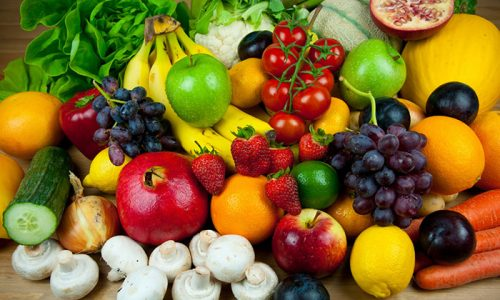 Людям, страдающим варикозом рук, следует употреблять в пищу те продукты, которые укрепляют стенки сосудов, уменьшают вязкость крови, повышают эластин, способствуют снижению веса