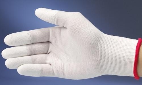 Женщинам с длинными ногтями следует надевать специальные маникюрные перчатки, чтобы не повредить антиэмболический трикотаж