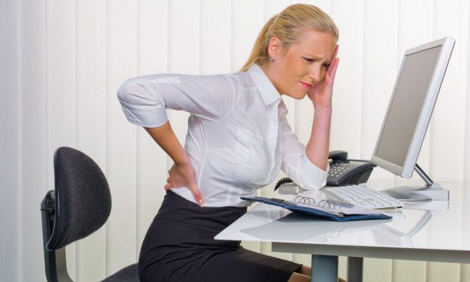 При статичном положении сидя лечебную зарядку можно делать прямо на рабочем месте