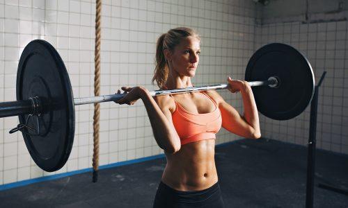 Работа с тяжелыми весами провоцирует рост нагрузки на сосуды ног и может усугубить ситуацию
