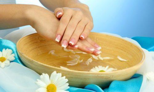 При варикозе вен на руках рекомендуются расслабляющие ванночки. Готовить их следует из лекарственных трав и других полезных веществ