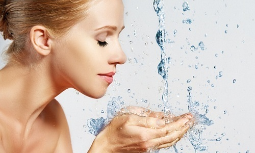 Для профилактики купероза нужно использовать контрастное умывание — поочередное ополаскивание лица теплой и прохладной водой