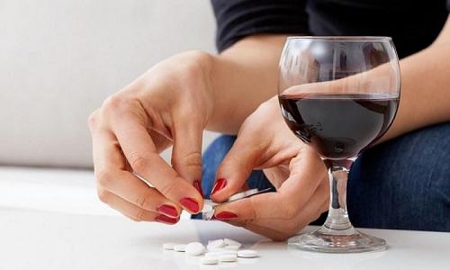 Из-за риска возникновения негативных реакций организма запрещено употреблять таблетки совместно с алкогольными напитками