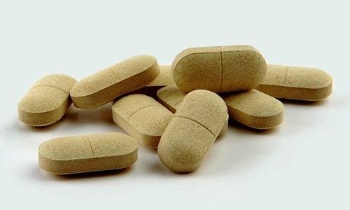 Выпускают медикамент в виде двояковыпуклых таблеток светло-коричневого цвета